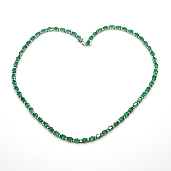 Tennis necklace in 18 kt gold with emeralds and brilliant cut diamonds, 20.43 ct in total - length: 42 cm