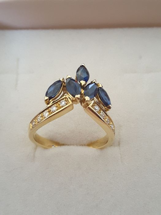 Ring in 18 kt gold from 1980s, with 5 sapphires and diamonds for 0.10 ct, size: 14