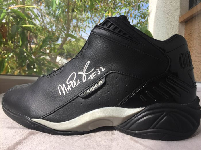 Beautiful Magic 32 shoe, hand-signed by Magic Johnson with a JSA certificate + photo proof of the moment of the signing!!!