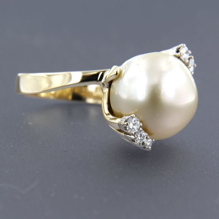 14 kt gold ring set with a salt-water cultured pearl and 5 brilliant cut diamonds, ring size: 18 (57)