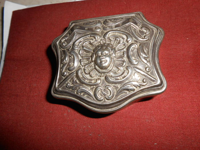 Embossed and chiselled silver snuffbox, 18th century