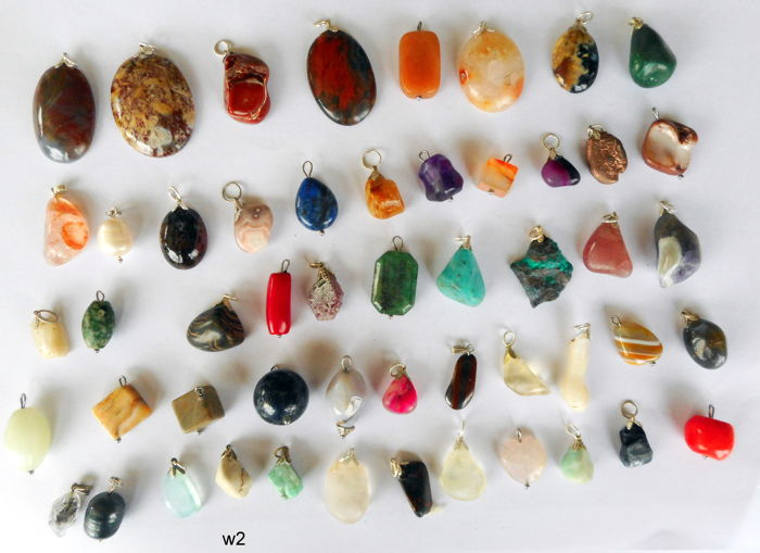 Lot of 52 Semi-precious Stone and Mineral pendants - 14 tot 40 mm - 207 gram