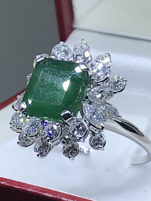 18 kt. White gold - Ring - 3.10 ct Emerald - Diamonds