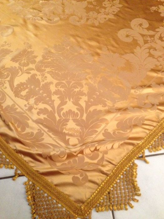 Majestic heavy bedspread made of rich golden Damask silk - San Leucio with trimmings - Italy - late 1800