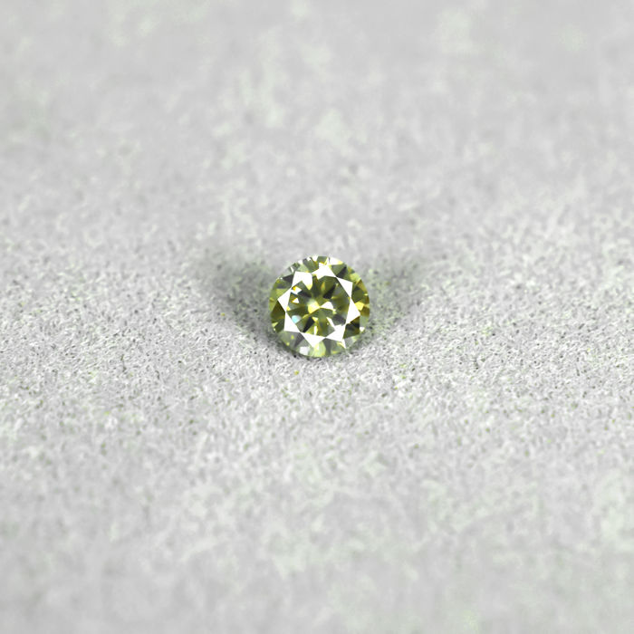 Natural Fancy Greyish Yellow Diamond - 0.18 ct, VS2 - NO RESERVE PRICE