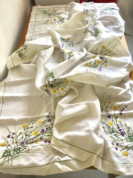Beautiful old embroidered tablecloth in pure linen with little flowers and 8 matching serviettes