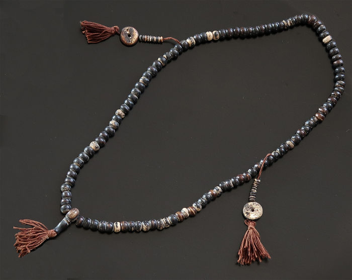 Nepali Buddhist mala  composed of 108 used prayer beads and its two counters - Asia - end of the 20th/21st century