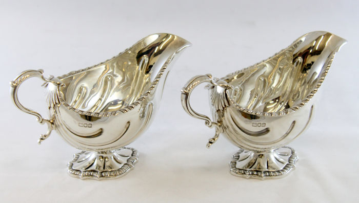 An early Edwardian pair of sterling silver creamers - Carrington & Co - London - 1900