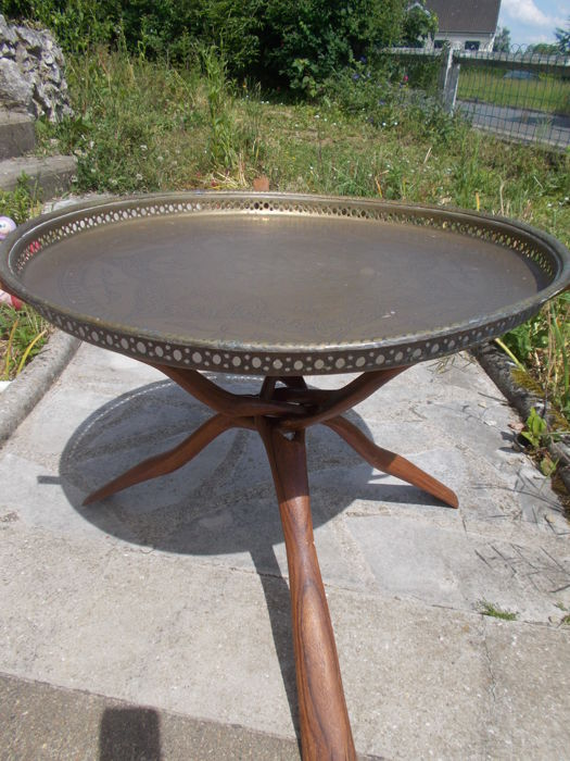 Beautiful Oriental tea table, on a large top in chiselled ancient openwork copper with braided massive wooden tripod.