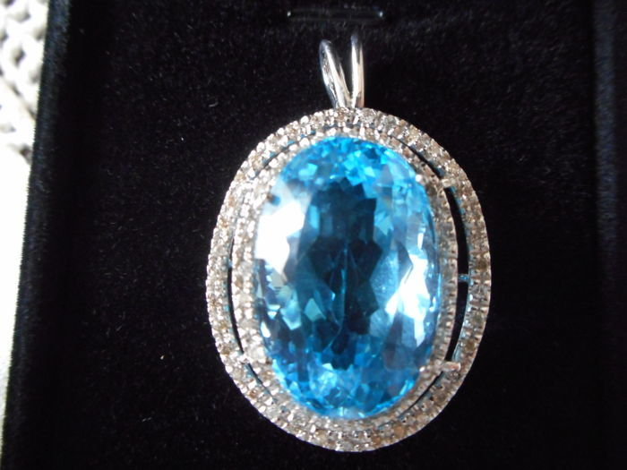Pendant in 18 kt white gold with 33.39 ct topaz  and 0.64 ct of diamonds