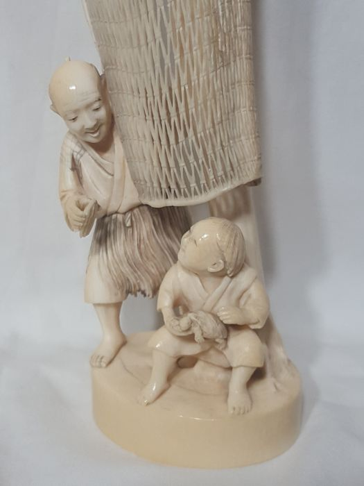 Ivory okimono depicting a fisherman with net (36 cm) - Japan - Late 19th century/early 20th century (Meiji period)