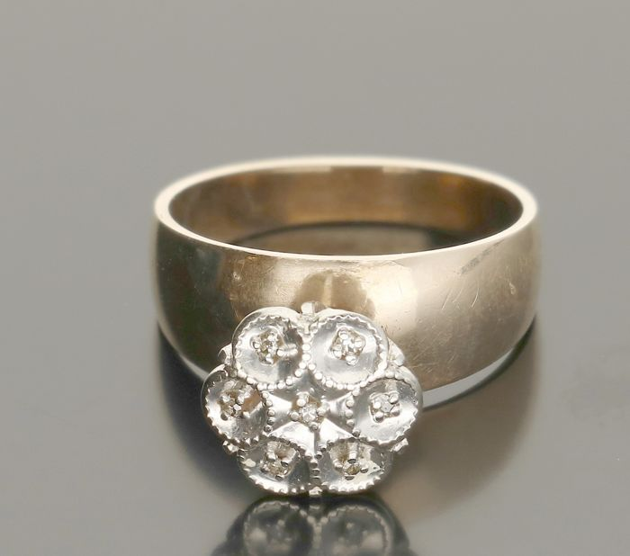 10 kt - Yellow gold rosette ring set wtih approx. 0.036 ct diamonds in a white gold setting. Ring size 16.25 mm.
