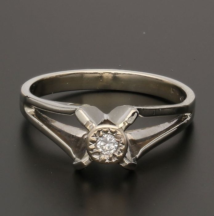 18 kt - Yellow gold solitaire ring set with a brilliant cut diamond of approx. 0.03 ct - Ring size 15.5 mm