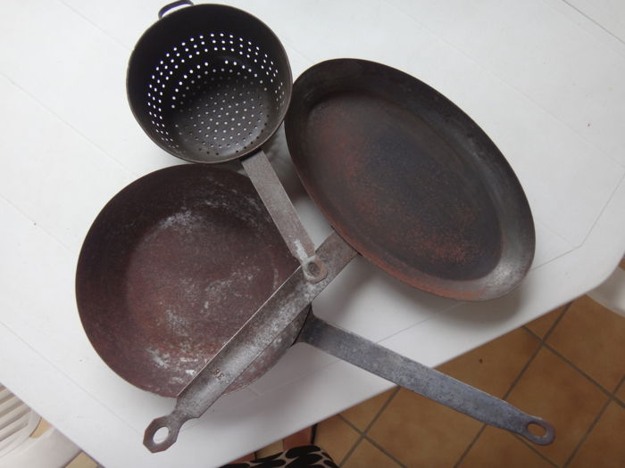 2 old frying pans, an old colander and an old grill