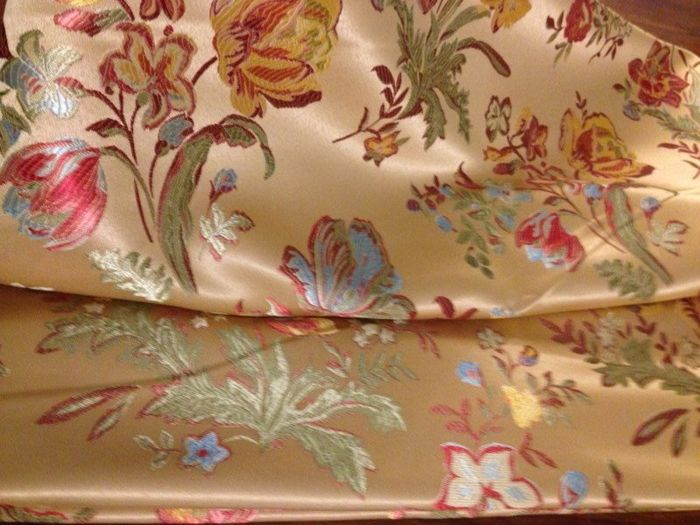 Lot of 5.40 m of an elegant San Leucio Damask fabric in Louis XVI style with gold background and floral motifs