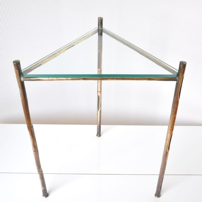 Manufacturer unknown - Triangular side table made of brass and glass, in Hollywood Regency style