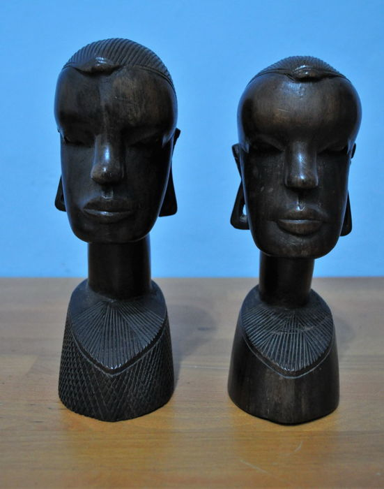 A pair of hand carved wood African heads - Very good conditions