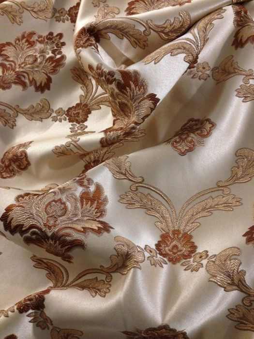 Lot with 5.40 metres of San Leucio Damask fabric - pale gold colour -golden thread and ducal gold decorations