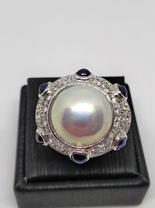 18 kt white gold ring with pearl, diameter 14.5 mm, sapphires and diamonds