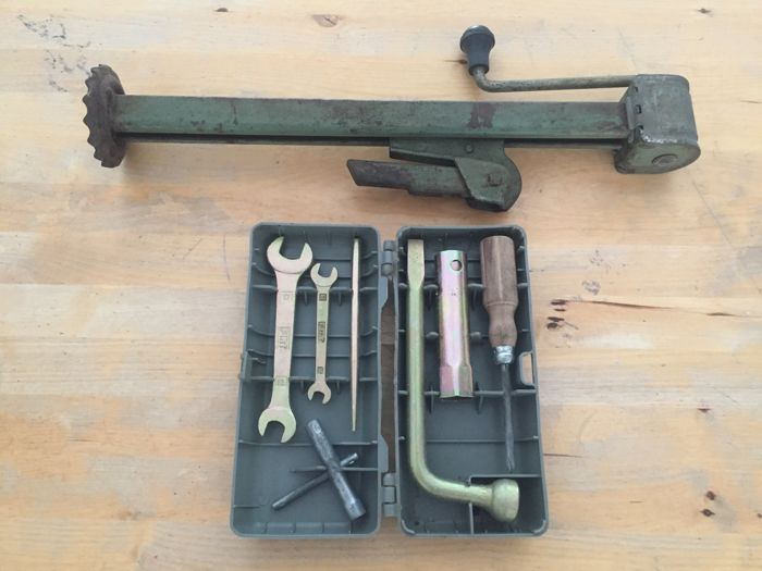 Fiat 600 oldtimer - vintage original tool box and jack (complete set)