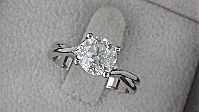 1.83 ct  round diamond ring made of 14 kt white gold