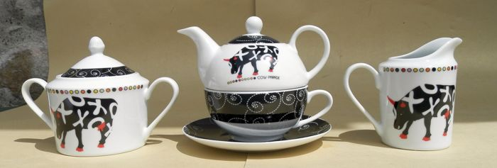 Susan Rooney for Cow Parade - Hugs and Smooches - tea set (3)