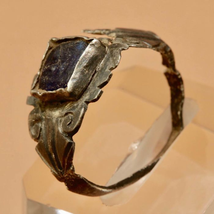 Ancient Roman Silver Ring with Blue Glass gemstone with Swastika - 2,4cm.