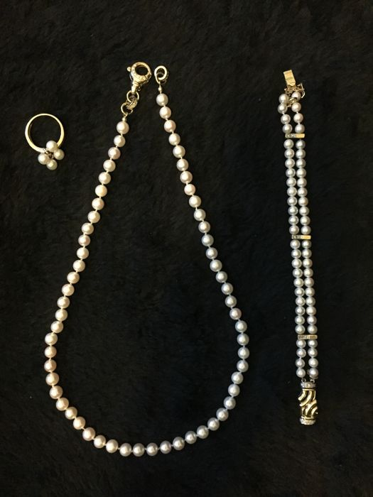 Jeunesse - Jewelery set from embedded with diamonds, Akoya pearls and 14k gold.  Ring: 20 mm. Collier: 52 cm. Bracelet: 8 cm.