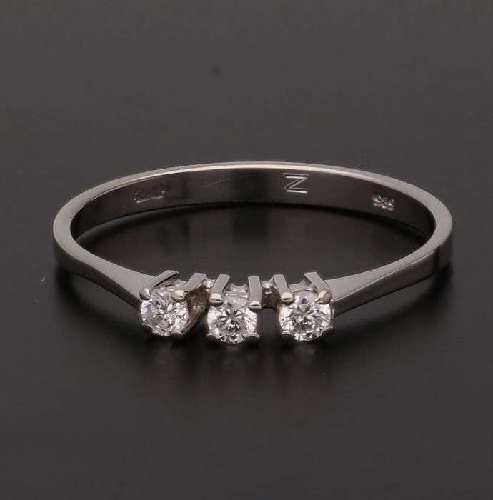 14 kt - White gold ring set with 3 brilliant cut diamond of approx. 0.12 ct in total - Ring size: 17.5 mm