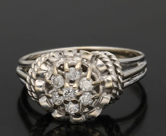 18 kt - White gold rosette ring set with brilliant cut diamonds, approx. 0.29 ct in total - Ring size 17.25 mm. - NO RESERVE
