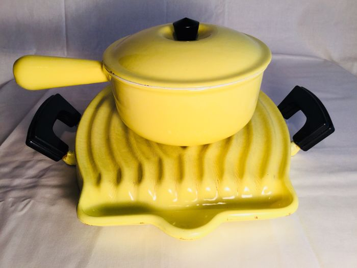 "Le Creuset ""yellow""  __ sauce pan with lid, no. 16 __ and grill plate __ around 1950 / 1960 France"