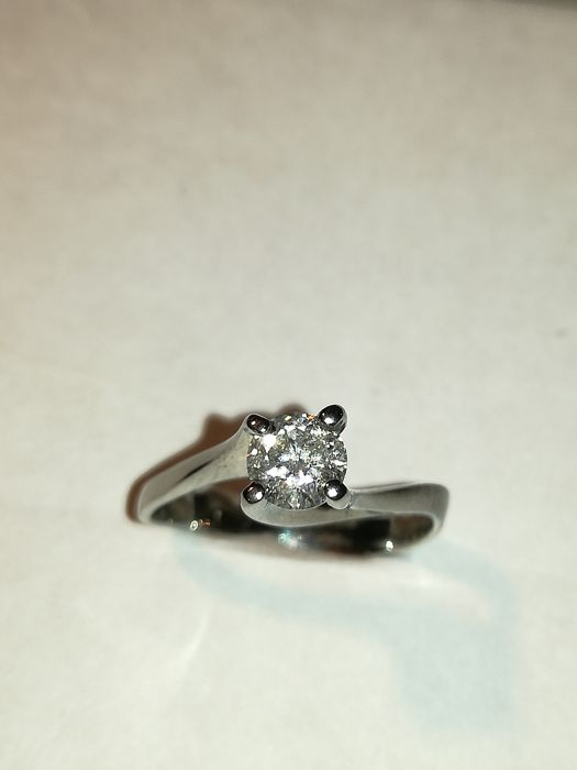 18 kt white gold solitaire ring with 0.51 ct diamond - size 17 mm