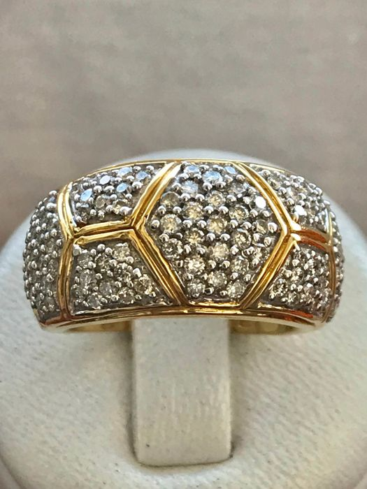 lovely cocktail ring in 18 kt yellow gold, set with Top Wesselton diamonds weighing 1.40 ct