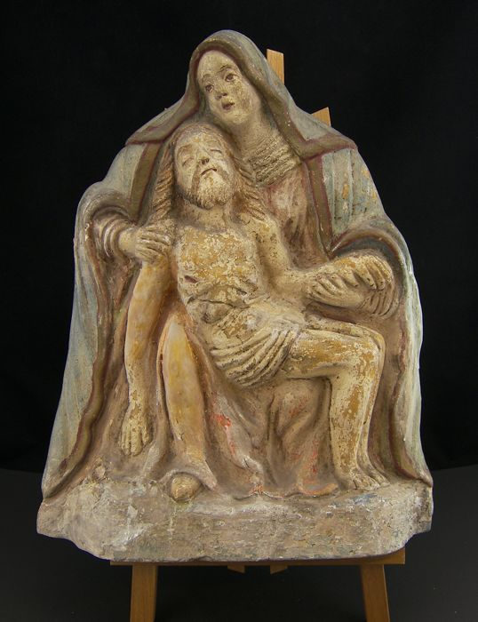 Antique bas-relief in polychrome stucco, Mater Dolorosa, late 18th century, Neapolitan school, antique votive shrine