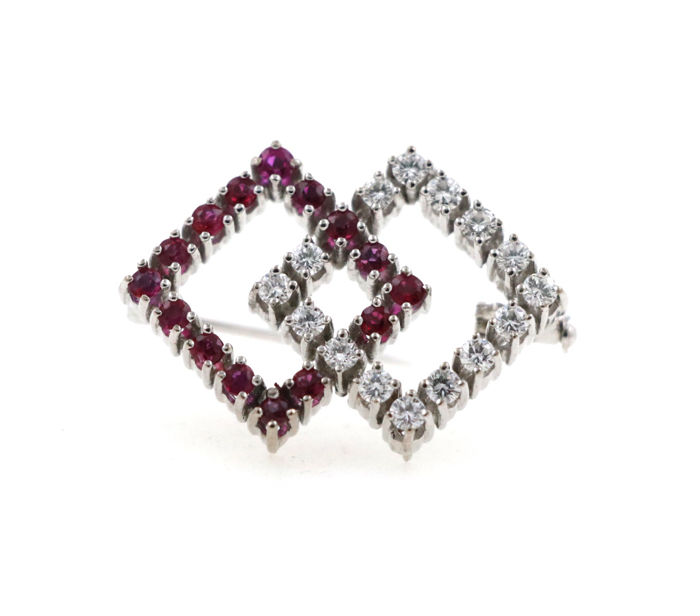 18 kt white gold brooch, 7.38 g, set with 0.50 ct diamonds and approx. 1.50 ct rubies - dimensions: 20 x 27 mm