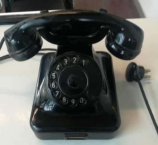 Bakelite tabletop phone by Siemens, 1940s/50s - Germany