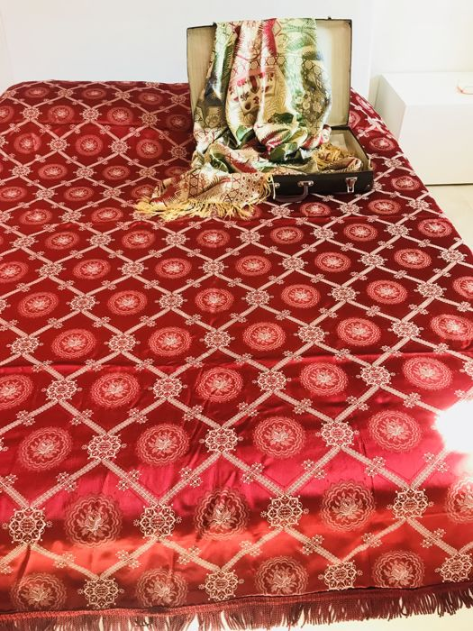 Antique coverlet in silk blend with original suitcase 266 x 214 cm - interior cloth as gift