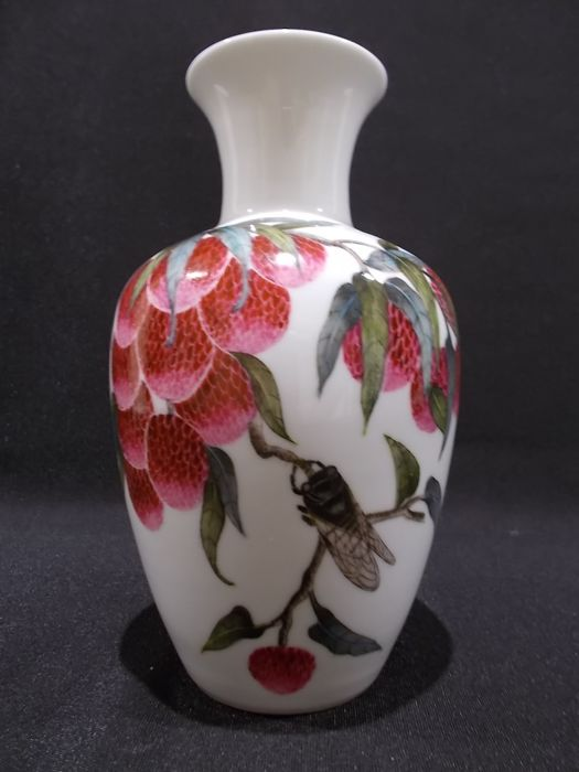 Fine Famille Rose Vase decorated with lychee fruit and cicada, with calligraphy to verso - China - mid 20th Century