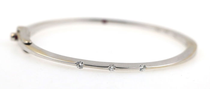 18 kt white gold bangle 17.65 g set with 0.22 ct diamonds and rubies - diameter 46 x 55 mm