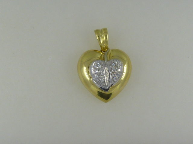Heart-shaped pendant in 18 kt white gold with diamonds totalling 0.32 ct