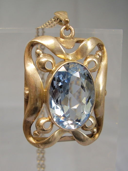 Art Deco pendant with big blue spinel of 20 ct on a necklace