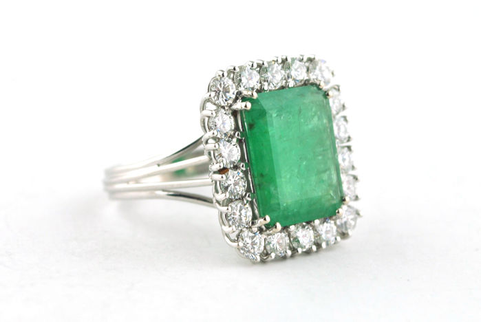 Ring with Emerald 4.50-5.00CT & +/- 3.00CT H/VS Diamonds set on Hallmarked 18k White Gold - size 61