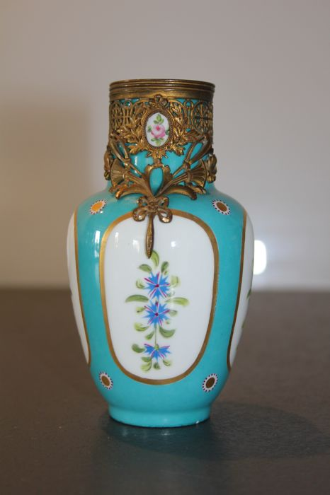 In the taste of Sèvres - Rare Miniature in porcelain Style Empire mount richly decorated in gilded metal
