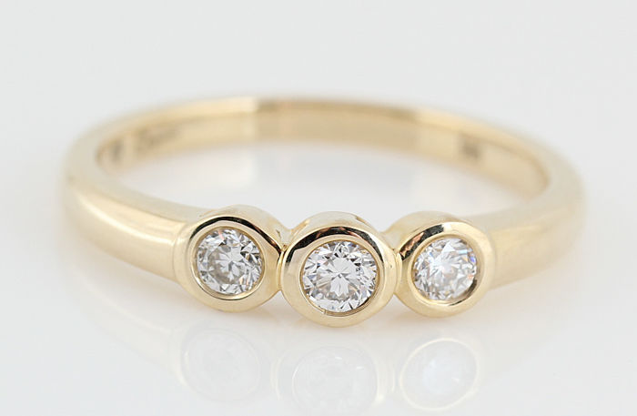 14 kt gold diamond ring of 0.32 ct in total / 3 round brilliant cut diamonds / G-H VS1-VS2 / weight: 3.20 g / ring size: 56.5