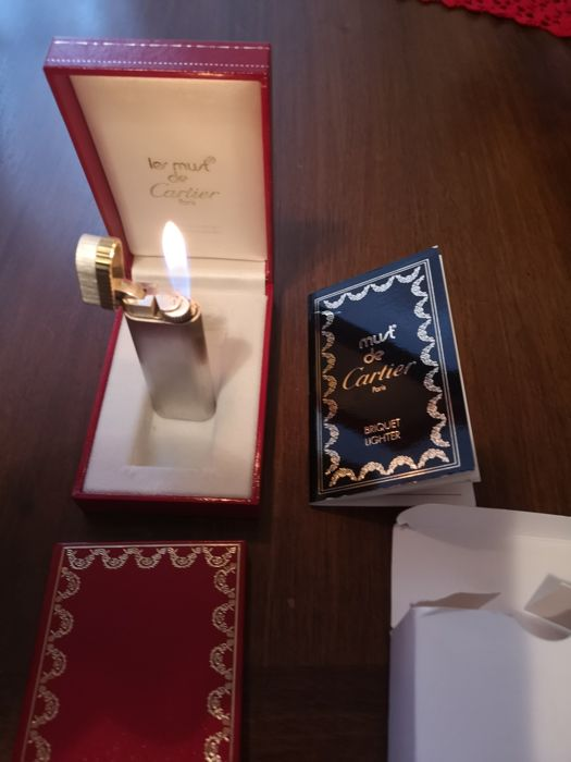 Les Must De Cartier Santos oval lighter