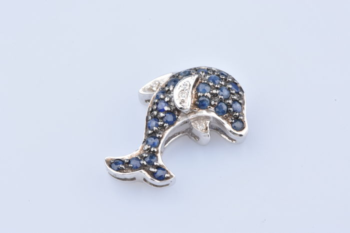 Pendant in 18 kt white gold, with 4 diamonds weighing approximately 0.04 ct/21 brilliant cut sapphires weighing 0.42 ct in total/Approximate measurements  1.6 x 1.4 cm.