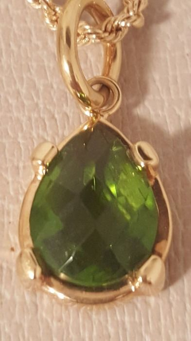 Pendant in 18 kt yellow gold and faceted droplet peridot by 'Labriola' The peridot measures 2 x 1.5 cm