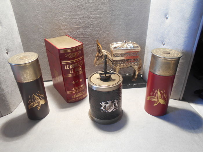 lot of 5 cigarette distributors / including 1 music box in the shape of a book.