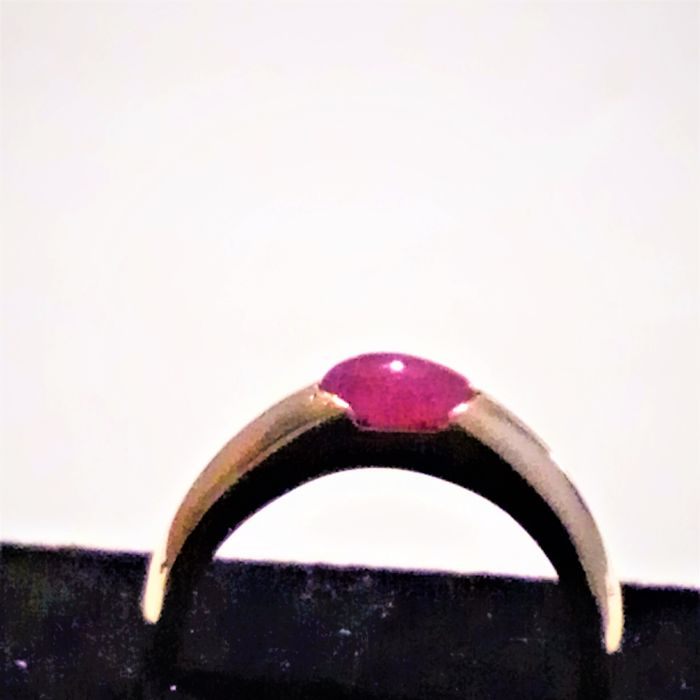 Ring in 18 kt gold with a ruby 6 x 5 mm and weighs 3.69 g