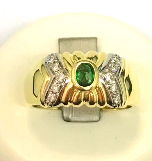 Classic band ring in 18 kt yellow gold Emerald and brilliant cut diamonds, 0.10 ct, colour G/VS, weight: 5.3g, size: 16